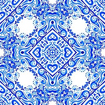 Modello damascato acquerello senza soluzione di continuità da piastrelle orientali blu e bianche, ornamenti.