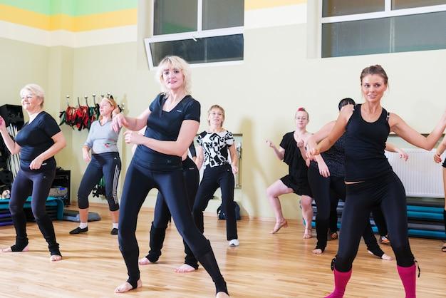 Classe di ballo per le sfocate sfondo delle donne
