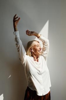 Danza donna matura alla luce del sole