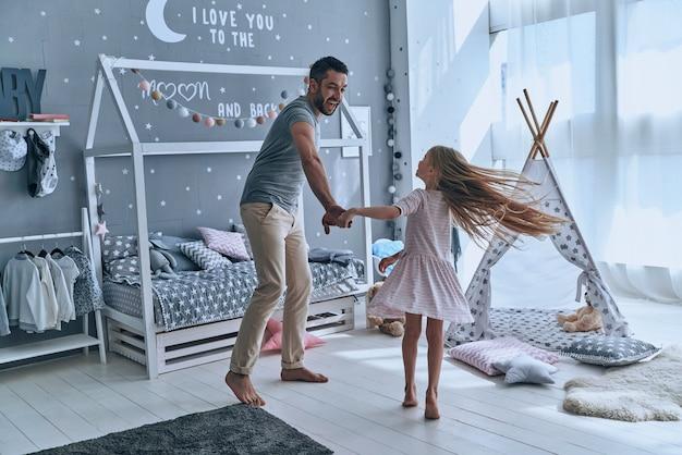 Ballando con la principessa. padre e figlia si tengono per mano e sorridono