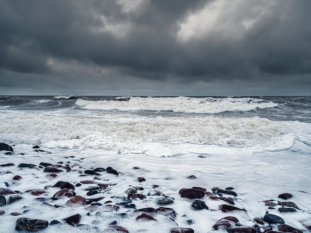 Grandi onde pericolose onde tempestose di inverno sul mar bianco