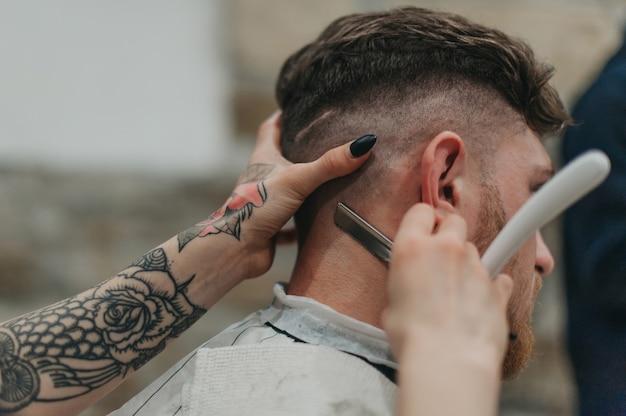 Rasoio pericoloso nel negozio di barbiere