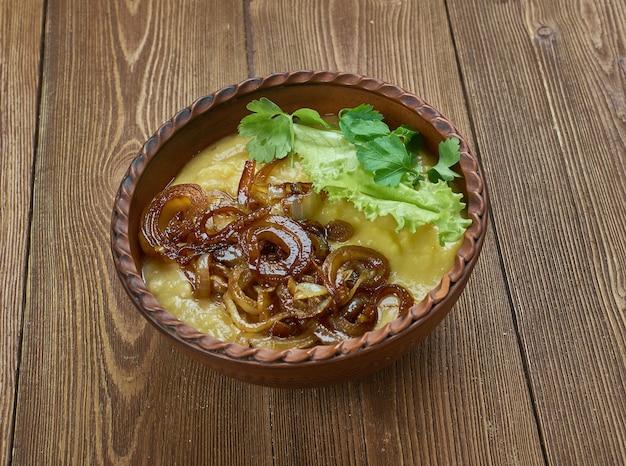 Zuppa di piselli spezzati danese e cipolle rosolate.