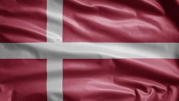 Bandiera danese sventolante nel vento