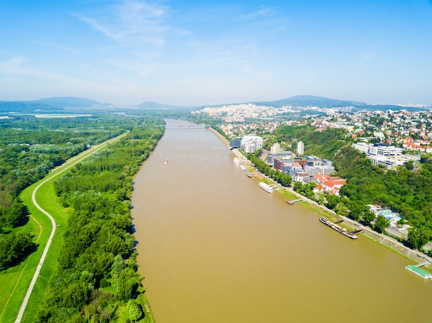 Vista panoramica aerea del fiume danubio a bratislava. bratislava è una capitale della slovacchia.