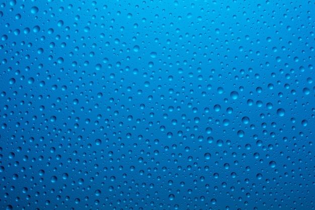 Gocce blu scuro sul vetro