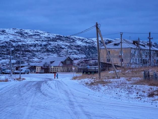 L'ora blu scuro antico autentico villaggio di teriberka