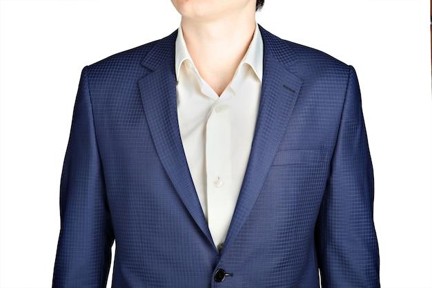Giacca da uomo blu scuro, con una foto a quadretti piccoli, isolata su sfondo bianco.
