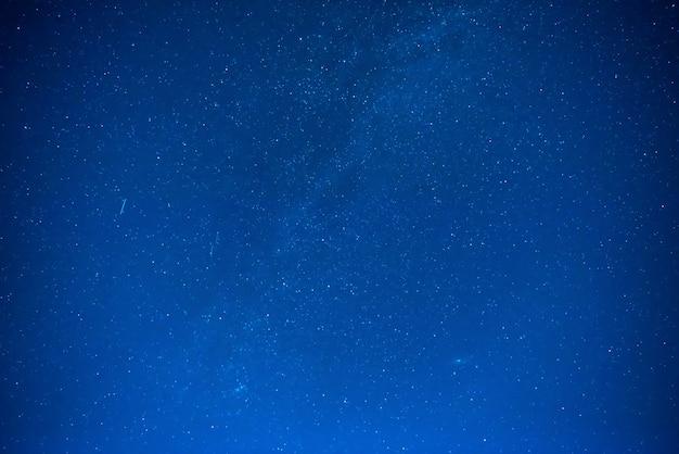 Cielo notturno blu scuro con molte stelle, sfondo della galassia