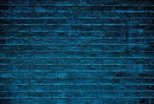 Muro di mattoni scuri.