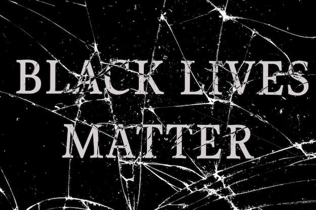 Vetro rotto scuro con crepe con la scritta black live matter