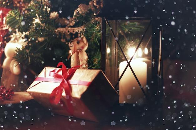 Fata della neve delle vacanze con lanterna a candela scura