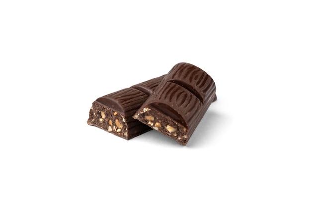 Barretta di cioccolato fondente con arachidi isolata on white.