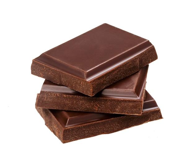 Barrette di cioccolato fondente isolate su fondo bianco. pila di pezzi del cioccolato, primo piano