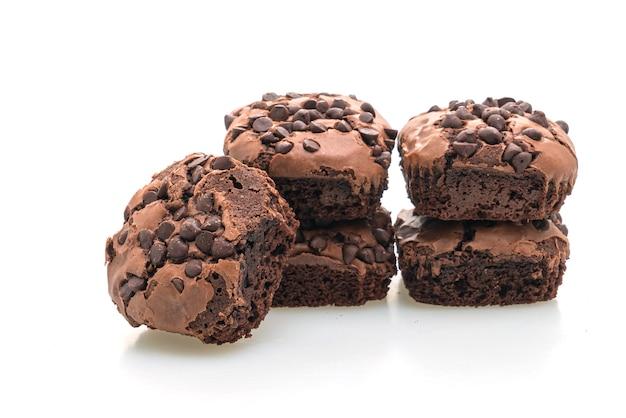 Brownies al cioccolato fondente sormontati da scaglie di cioccolato isolate