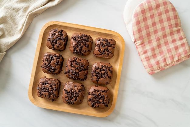 Brownies al cioccolato fondente con gocce di cioccolato in cima