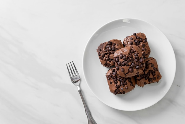 Brownies al cioccolato fondente con gocce di cioccolato sopra