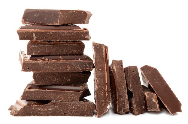 Cioccolato fondente su sfondo bianco