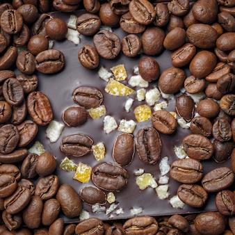 Cioccolato fondente con chicchi di caffè e frutta