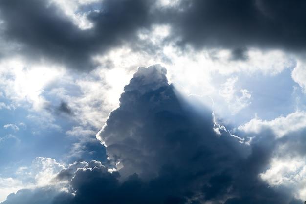 Nuvola scura nel cielo durante il giorno