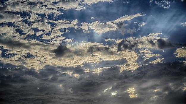 Dark cloud in sky nel villaggio