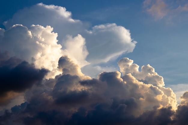 Crepuscolo cielo nuvoloso scuro sulla stagione delle piogge.