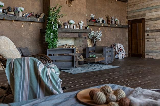 Interni scuri e accoglienti di una grande casa in legno di campagna, mobili in legno e pellicce di animali. enorme finestra panoramica e soffitto molto alto.