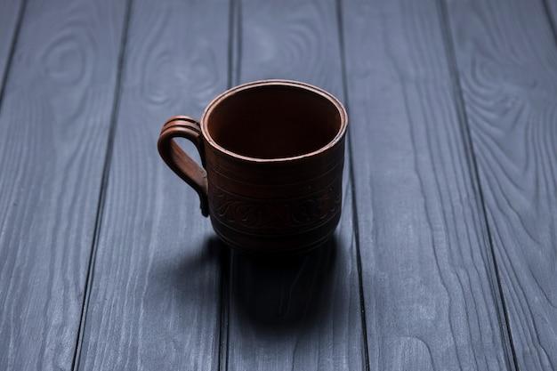 Tazza scura su fondo di legno nero