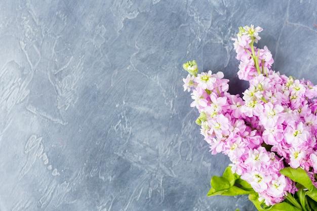Dark desktop view with bouquet of beautiful lilla mattiola. copia spazio.
