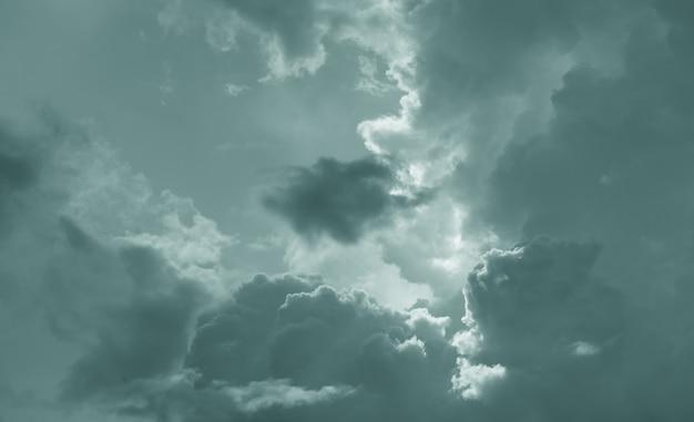 Sfondo drammatico scuro del cielo e delle nuvole