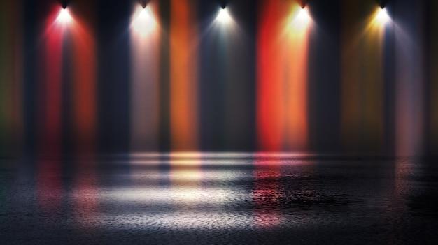 Fase vuota scura, raggi multicolori di proiettore al neon, asfalto bagnato, fumo, riprese notturne, colore bokeh.