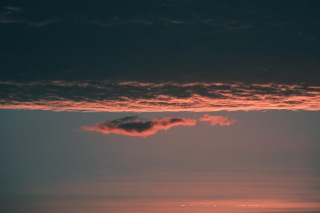 Cielo scuro della sera, soft focus. cielo nuvoloso colorato al tramonto.