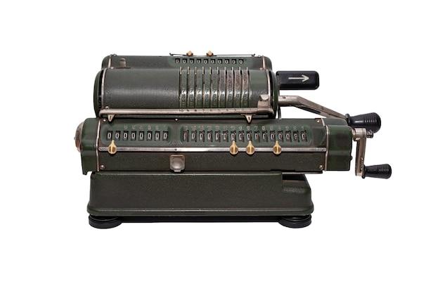 Calcolatrice vintage meccanica verde scuro isolata su sfondo bianco
