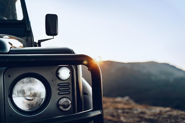 Auto fuoristrada verde scuro nelle montagne si chiuda