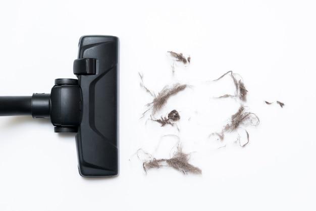 Testa scura di un moderno aspirapolvere utilizzato durante l'aspirazione del pavimento. Foto Premium