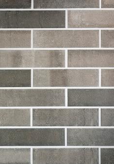 Muro di mattoni grigio scuro e chiaro