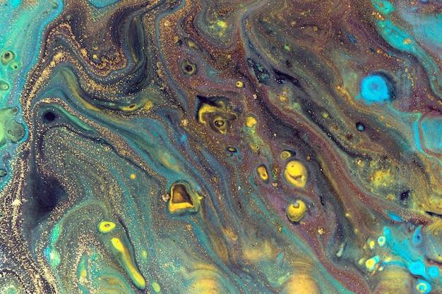 Modello liquido scuro con cellule blu e oro brillanti