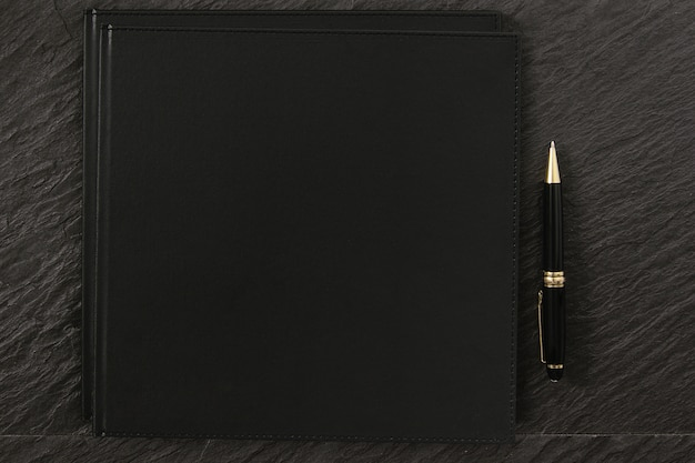 Notebook scuro per disegni mockup