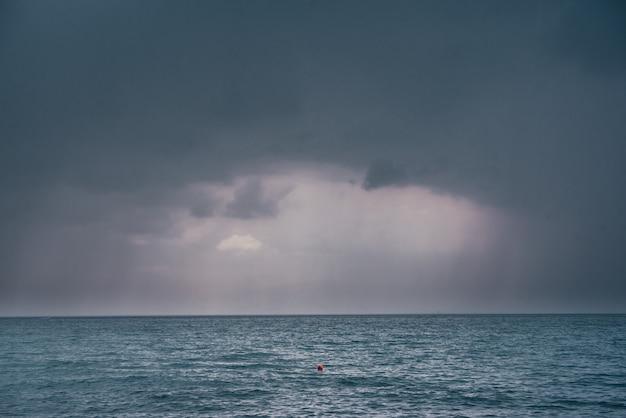Nuvole scure e piovose sul paesaggio della superficie del mare
