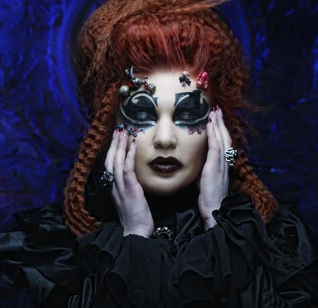Donna dai capelli rossi scuri. foto di halloween.