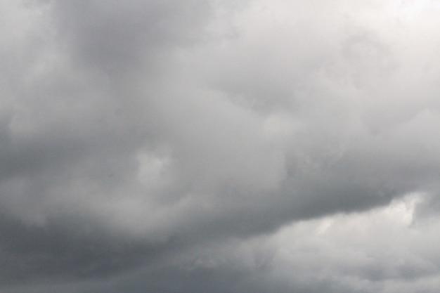 Cielo scuro e drammatica nuvola nera prima dell'arrivo della pioggia.