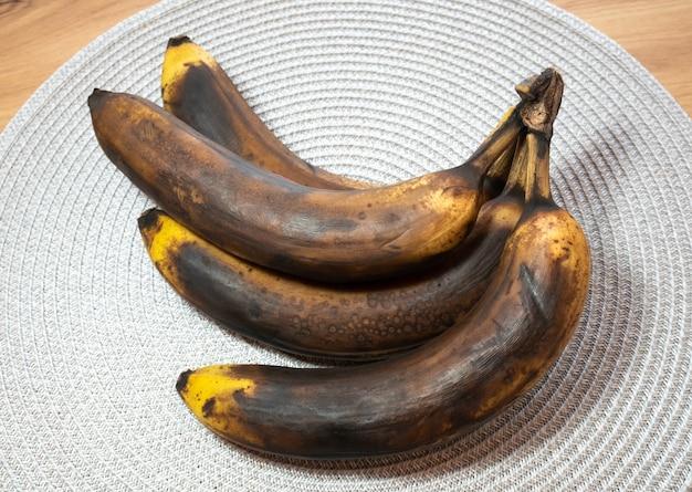 Banana scura e viziata sul tavolo. frutta marcia.