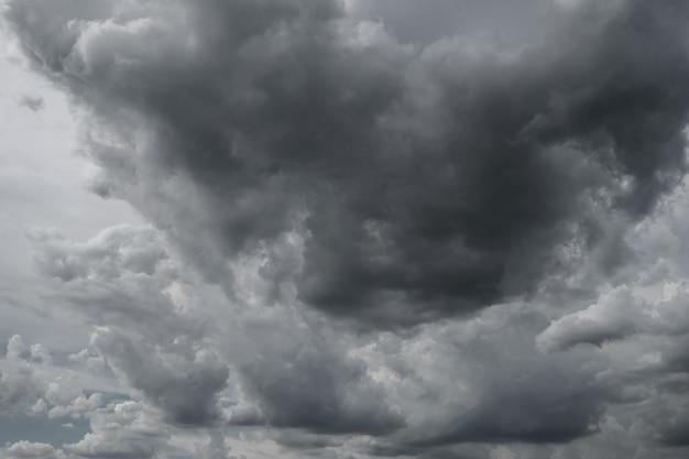 Nubi di tempesta scure prima di pioggia usata per il fondo di clima.