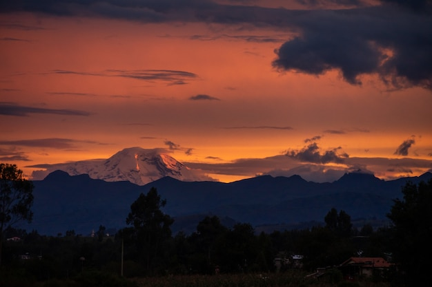 Tramonto scuro con belle nuvole in ecuador