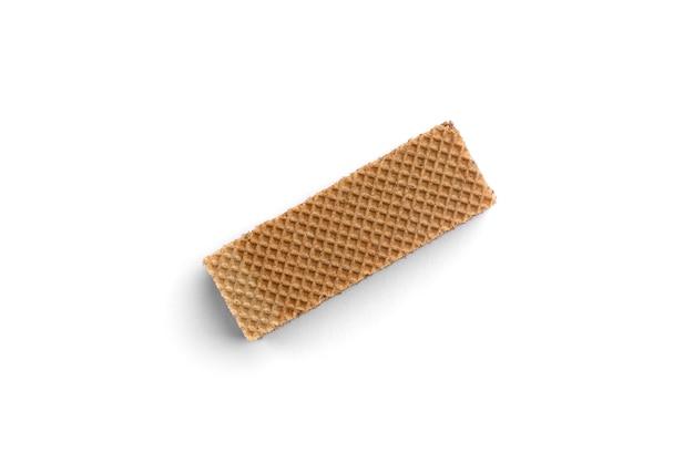 Biscotto wafer scuro isolato su sfondo bianco.