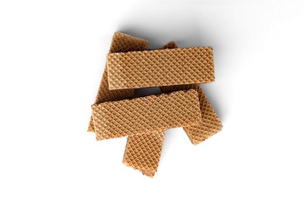 Biscotti di wafer scuro isolati su sfondo bianco.