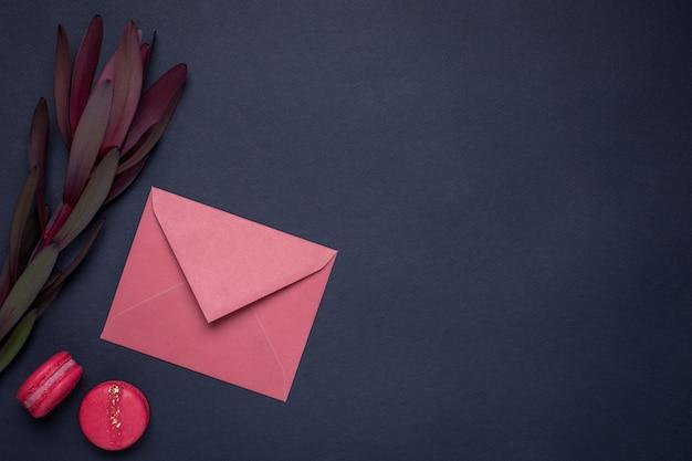 Carta da parati scura con busta regalo e fiori