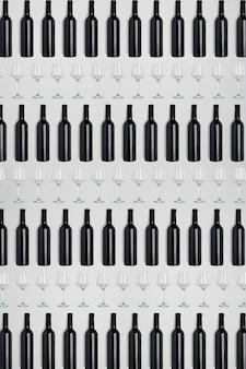 Bottiglie e bicchieri di vino scuro creativo sfondo astratto scuro e strutturato