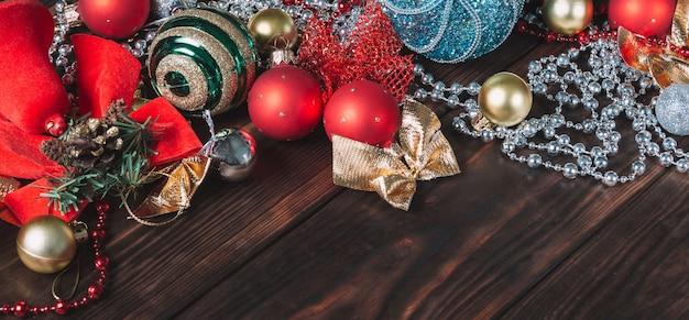 Sfondo di natale in legno scuro con decorazioni natalizie