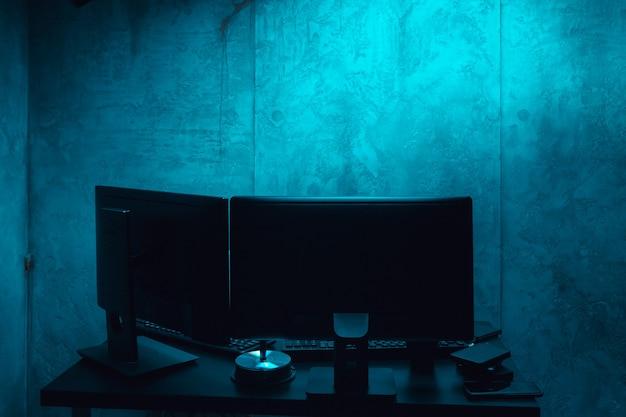 Luogo di lavoro oscuro di un programmatore o hacker con computer